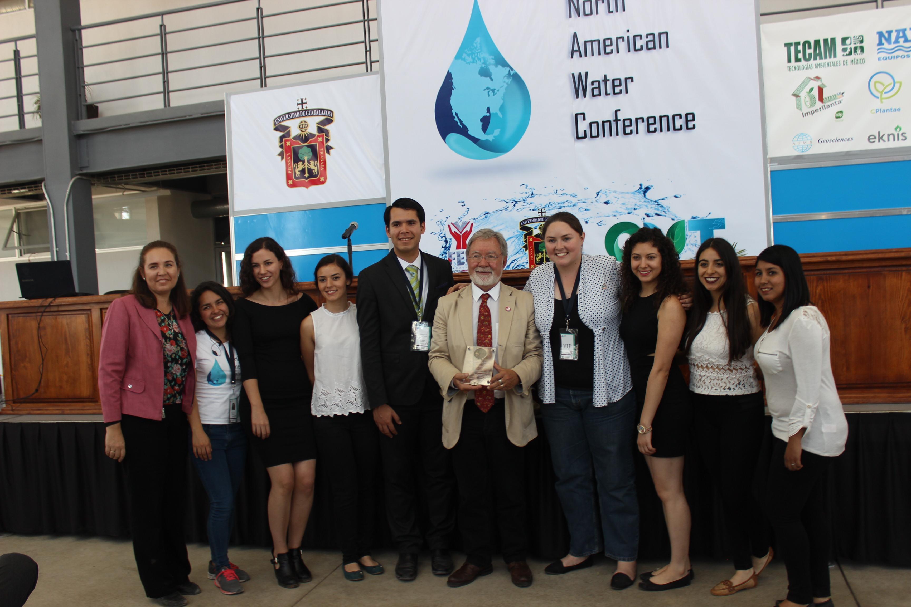 Dr. Carlos Gay con asistentes del congreso