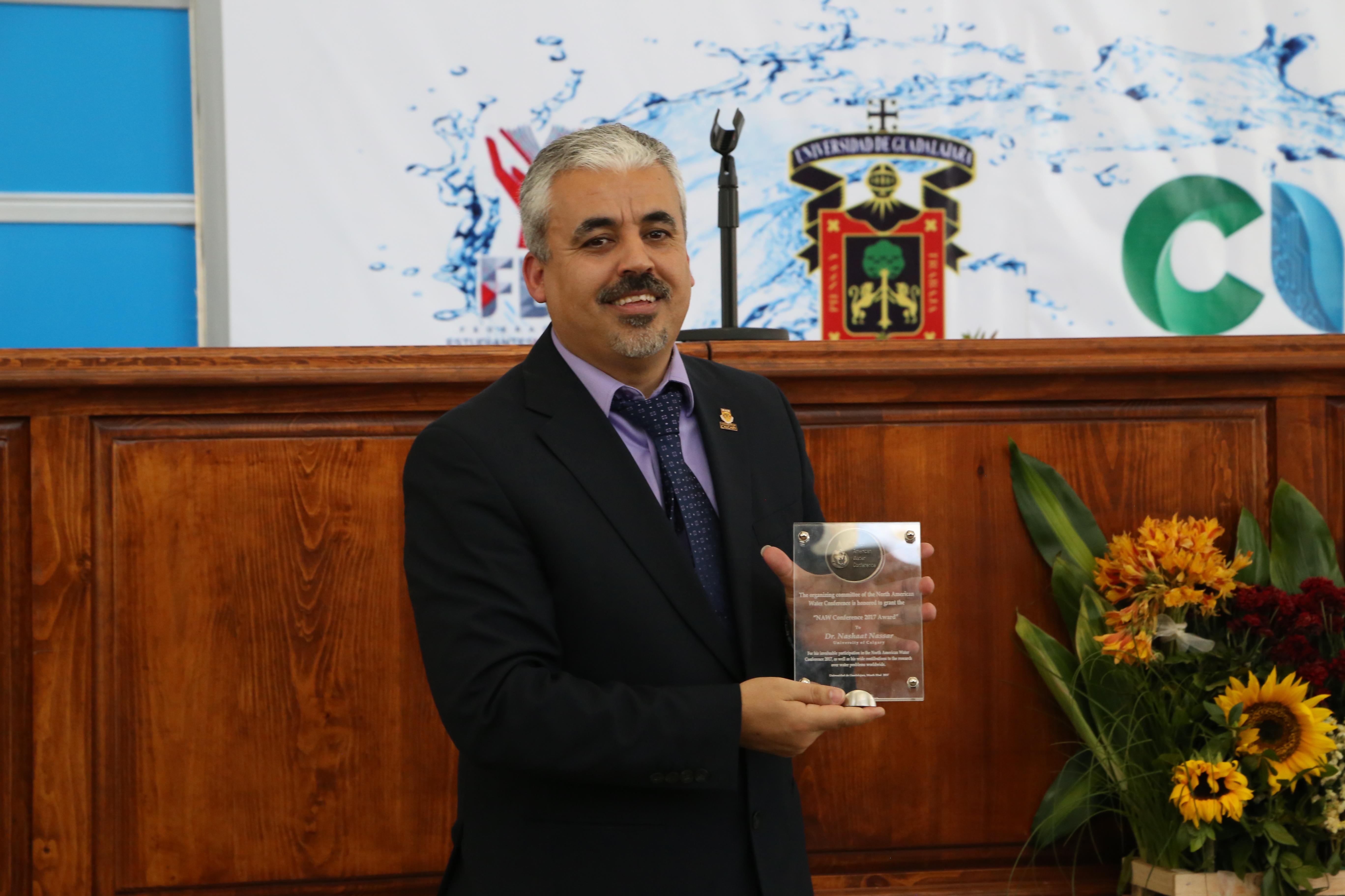 Dr. Nashaat Nassar con su reconocimiento