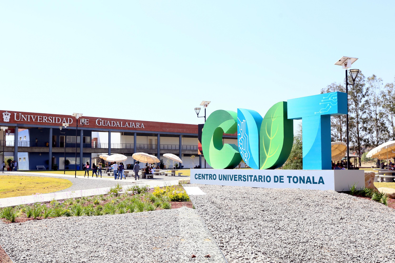 Fotgrafìa del logo de Cutonalá con el edificio de ciencias de la salud al fondo