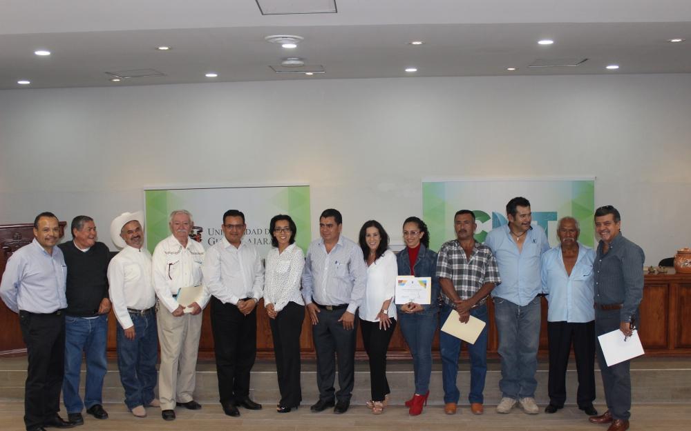 fotografía de autoridades junto con participantes