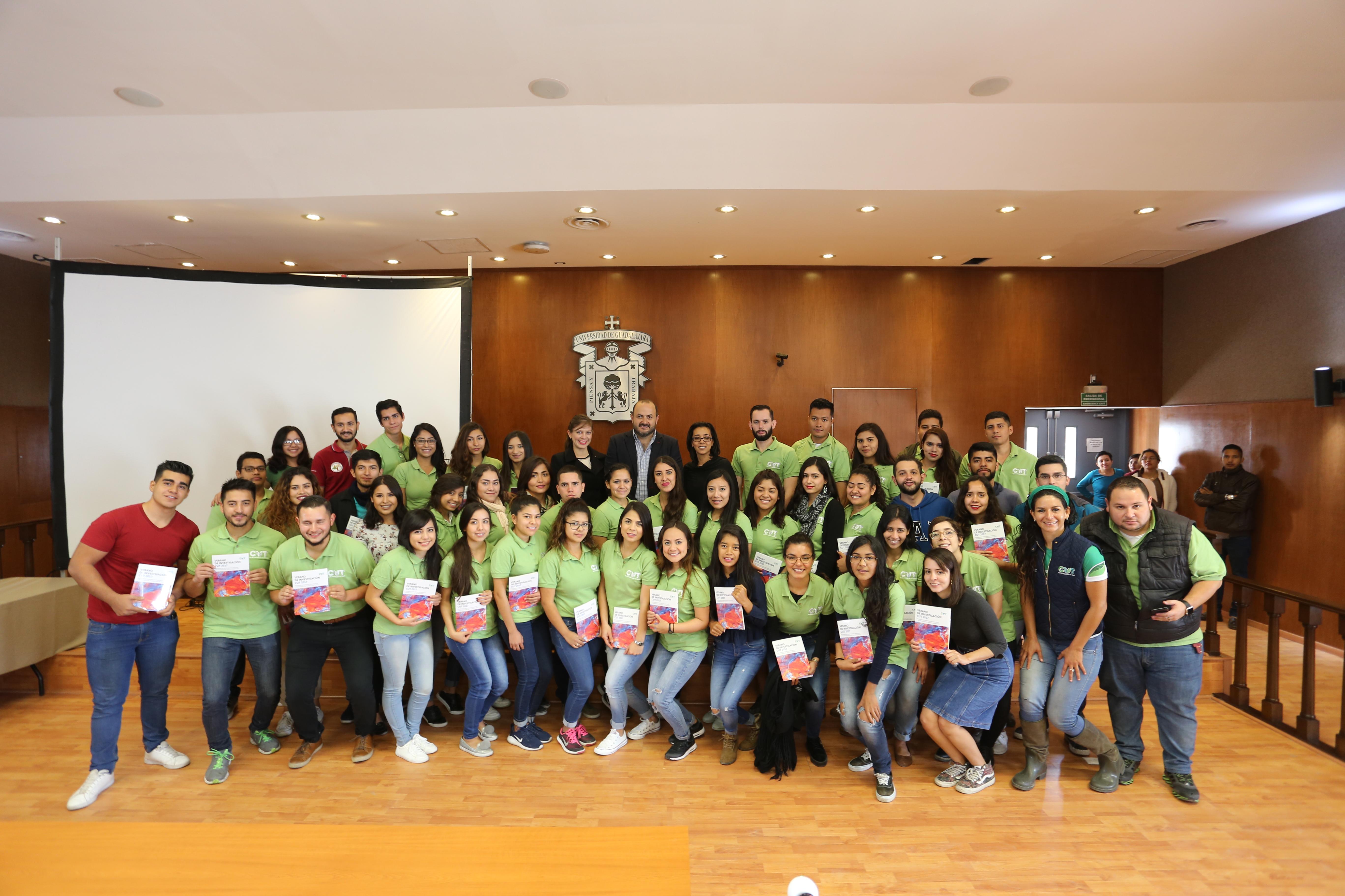 foto de estudiantes participantes en el programa delfín