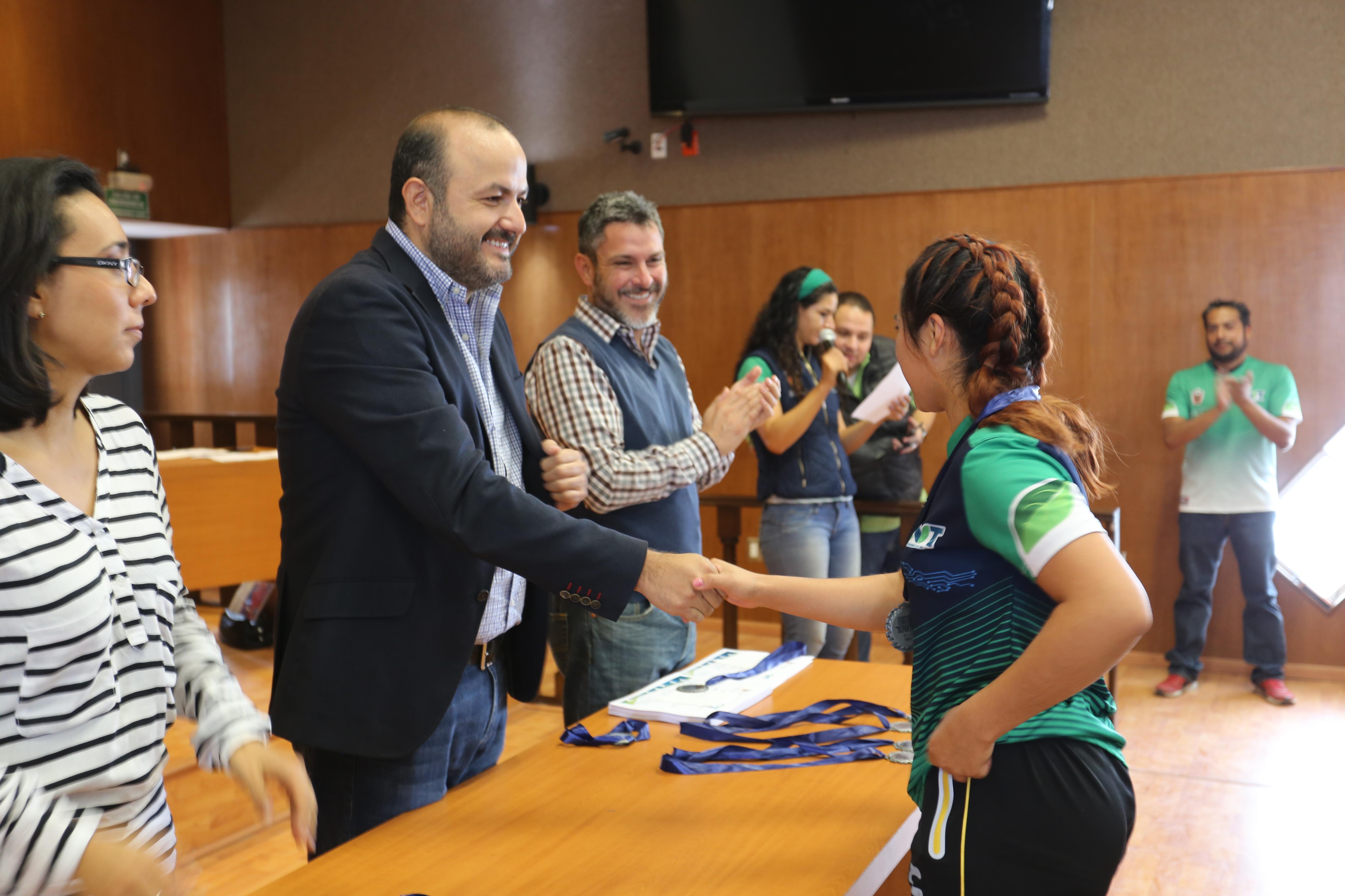 entrega de medallas a deportistas del centro universitario de tonalá