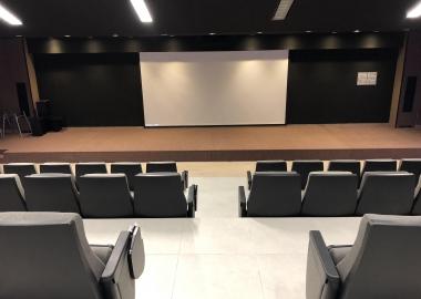 Fotografía del frente de la cineteca al interior