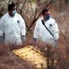 Fotografía muestra dos profesionales haciendo investigación de campo